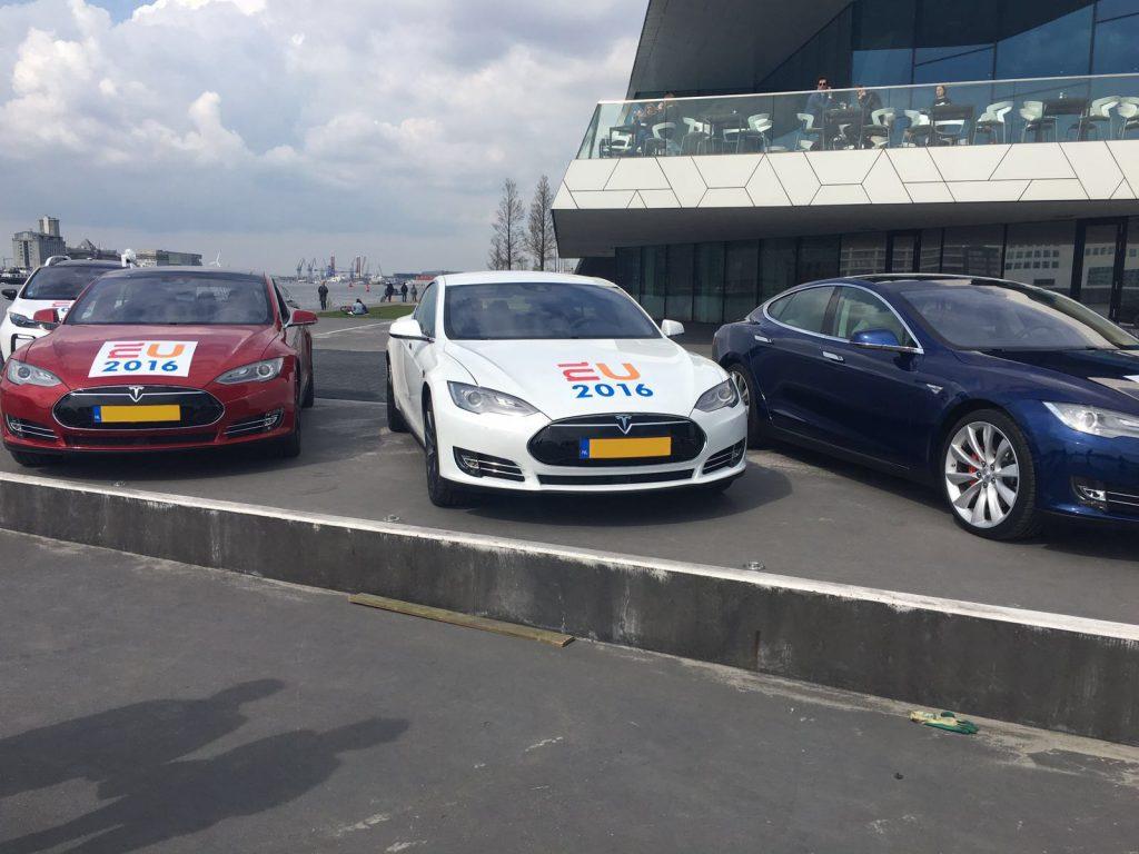 Tesla met autobelettering