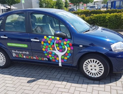 Autobelettering Kinderpraktijk de Kleurenboom